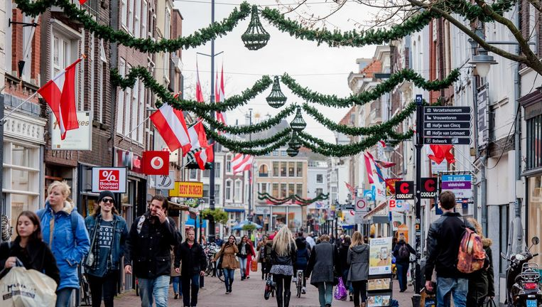 De Nederlandse winkelstraten, zoals deze in Gouda, dreigen een ander aanzicht te krijgen nu ketens als V&D, DA en een reeks schoenenwinkels mogelijk gaat verdwijnen. Beeld anp