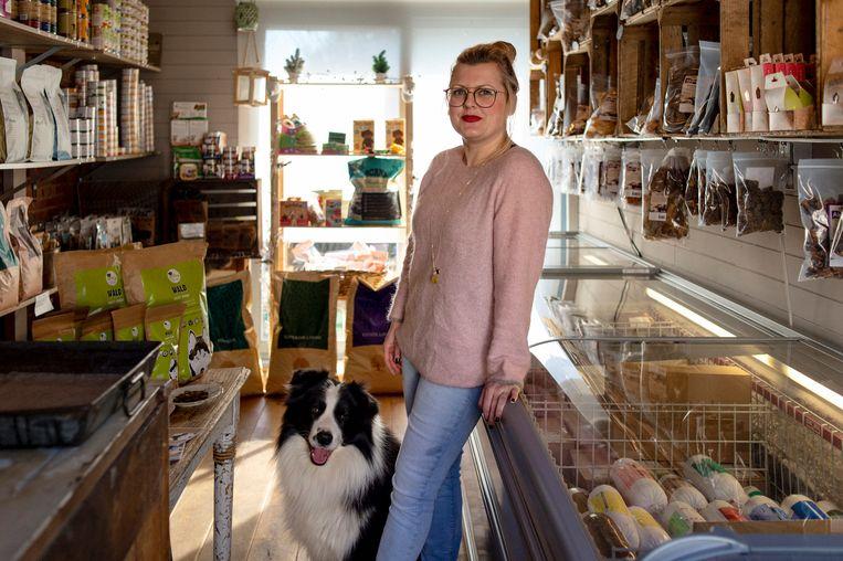 Eve Verstappen in Wildebeest, haar ecologische winkel met dierenvoeding in Meerhout-Gestel. Beeld Josefien Tondeleir