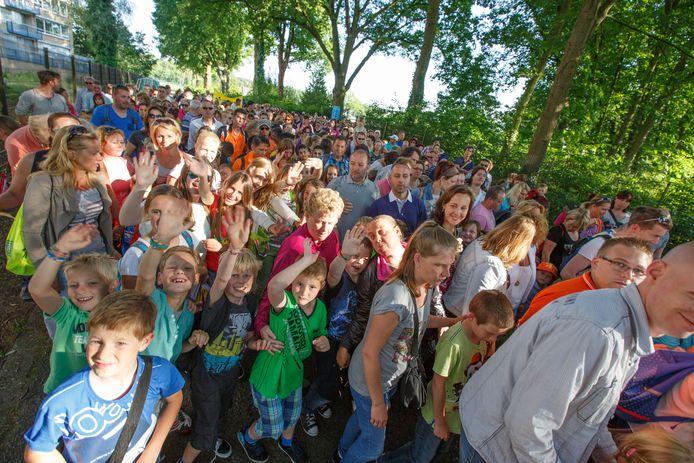Dit beeld hoopt de Stichting Bergen op Zoomse Wandelavondvierdaagse in 2022 terug te zien: honderden vrolijke kinderen bij de start op Rozenoord, dan voor de 75e jubileumeditie van het evenement.
