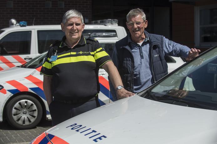 De politieagenten Theo Reinerink (links) en Jos Veltman hebben de sterke arm der wet na vele jaren trouwe dienst verlaten.