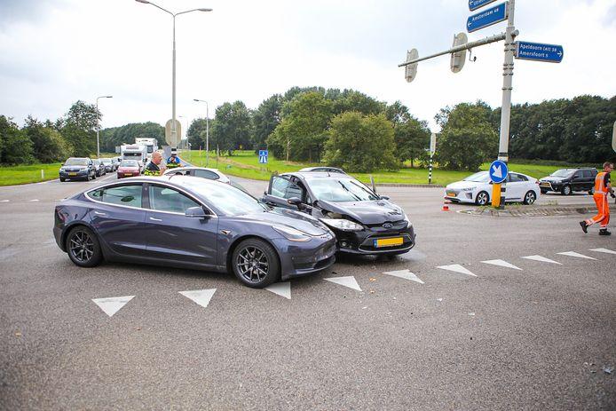Door nog onbekende oorzaak reden de twee voertuigen op elkaar.