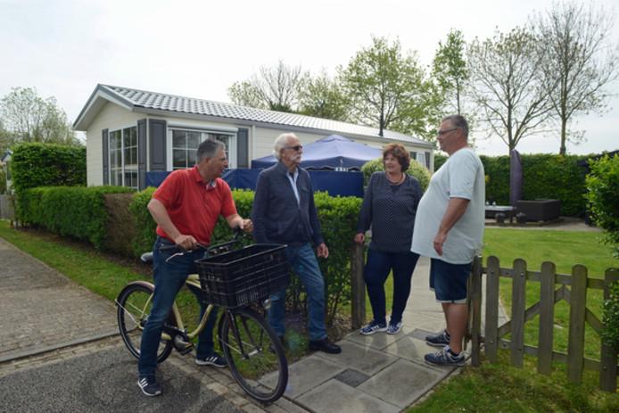 De campingperikelen zijn het gesprek van de dag op de Vliedberg in Scharendijke. Vaste gasten Gert-Jan Sterk, Marinus de Boom, Ellen Sterk en Thomas Asselhoven vrezen hun plaatsen kwijt te raken.