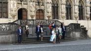Opvallend beeld: koppel trouwt op Grote Markt in tijden van corona