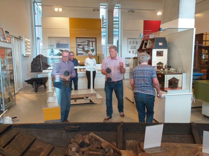 Medewerkers van het Veenendaalse museum, bezig met de voorbereidingen op de heropening na de eerste cotonacrisis.