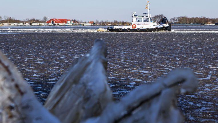 Een ijsbreker voer gisteren op het kanaal tussen de Beukerssluis en Blauwe Hand in de Kop van Overijssel een laag ijs van 5 centimeter open. Beeld anp
