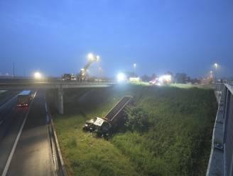 Nieuwe tractor mist rondpunt en duikt tot op snelweg E19