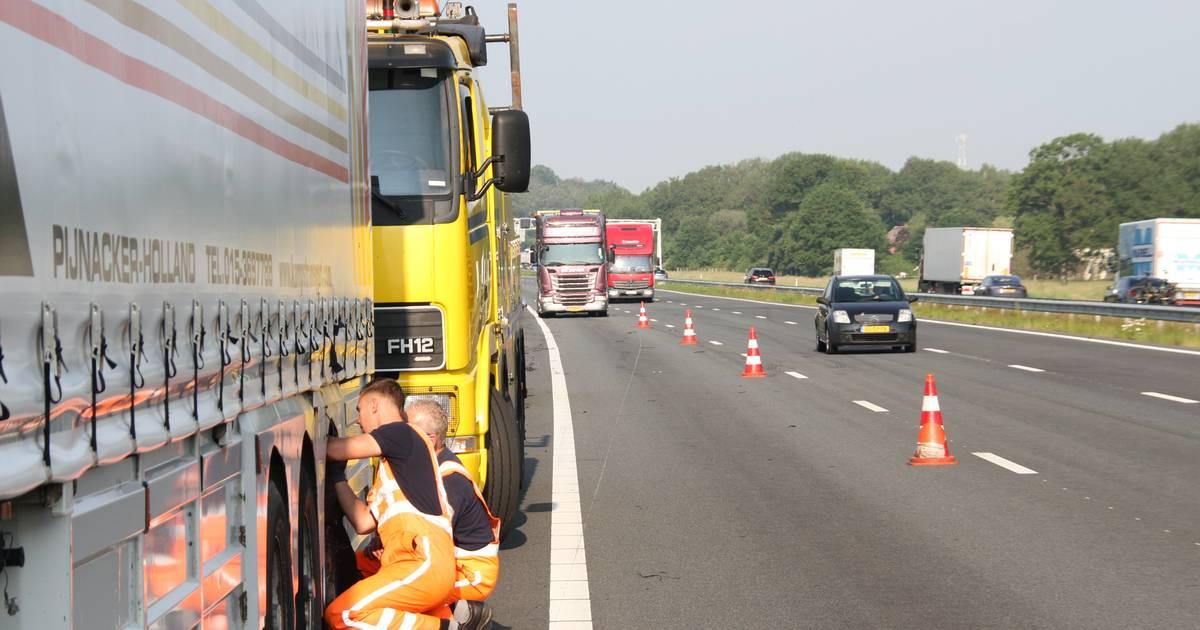 Botsing door vrachtwagen met klapband op A1 bij Enter.
