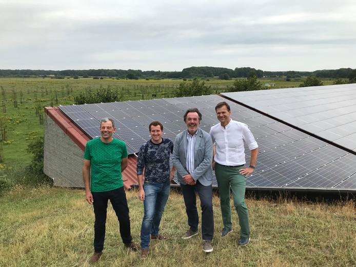 Wim van Roessel, Joris van Boxtel, wethouder Bert Schellekens en Edwin Weijtmans (vlnr) bij een van de succesvolle projecten: boerderij de Regte Heide. Hier zijn mede dankzij 'Duurzaam Riel Goirle' ongeveer negenhonderd zonnepanelen geïnstalleerd.