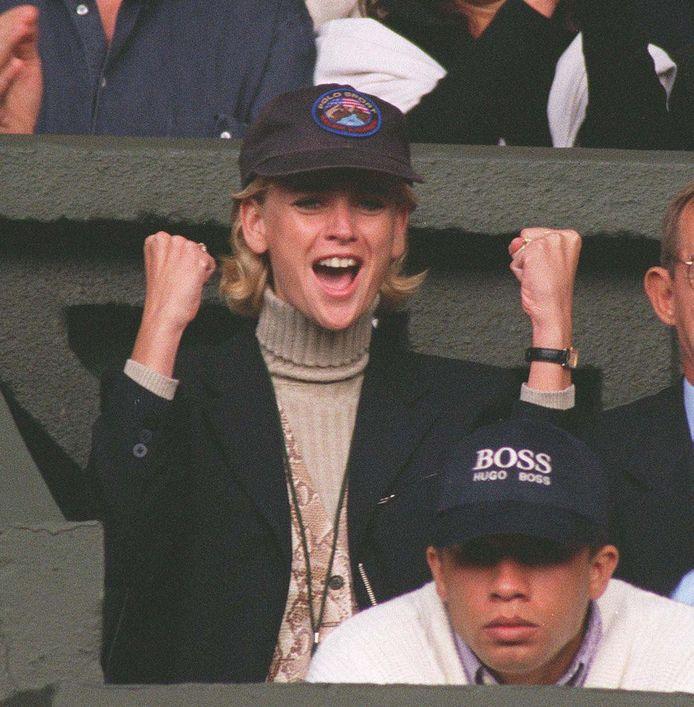 Daphne Deckers op de tribune van Wimbledon bij de finale van Richard Krajicek.