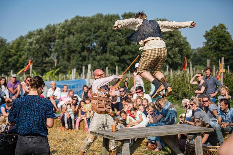 Middeleeuws jolijt tijdens de zomereditie van Tuinen van West Fest. Beeld Nichon Glerum
