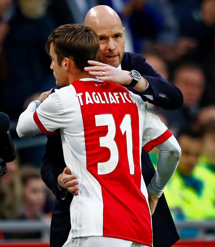 Nicolás Tagliafico krijgt een knuffel van de winnende trainer Erik ten Hag.