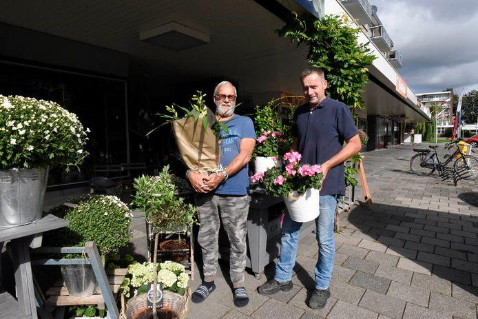 De eigenaar van de bloemenkadoshop Jolijn, Chris van Schaik (recht).