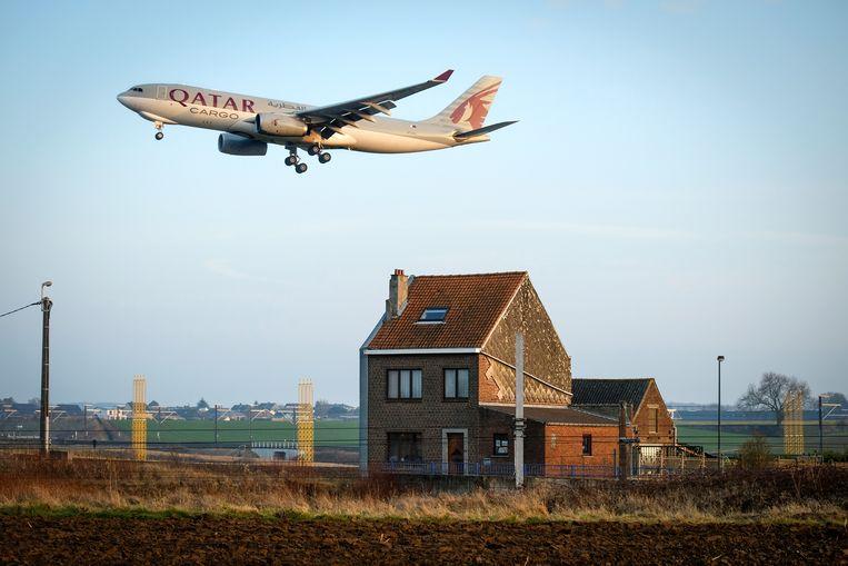 Een vliegtuig landt in Zaventem. Beeld BART LEYE