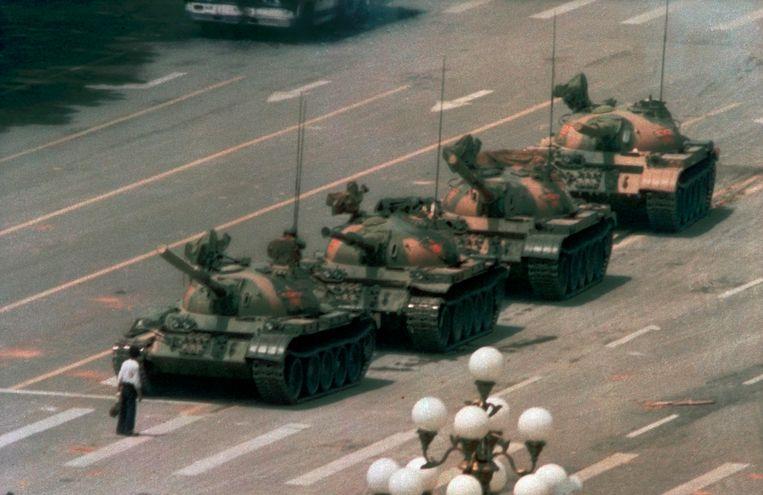 Tankman op het Tiananmenplein (Jeff Widener, Peking, 1989). Beeld AP