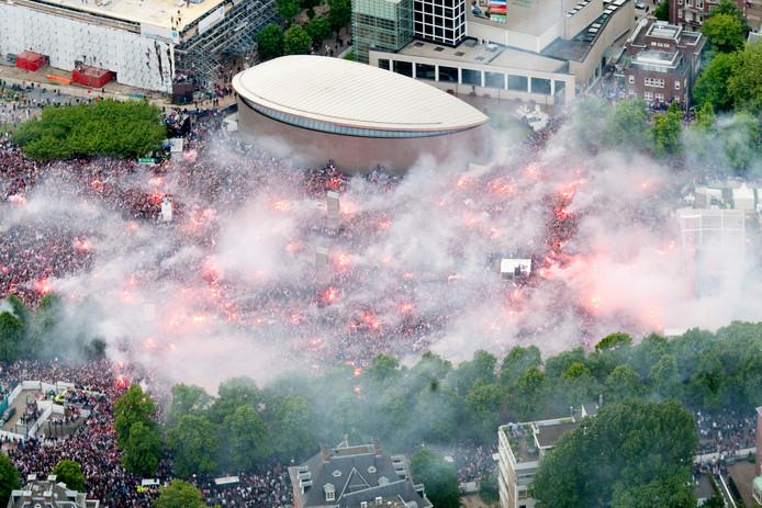 Luchtfoto van een dampend Museumplein in 2011 toen Ajax voor de dertigste keer de landtitel won.