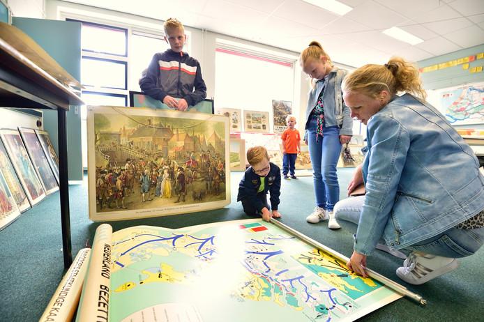 Eleonoor van der Tas met de door haar kinderen Jelle, Myrthe en Joris gescoorde kaarten.
