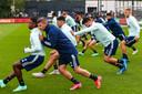 De spelers van Feyenoord, onder wie Bryan Linssen, werken de nodige spelvormen af.
