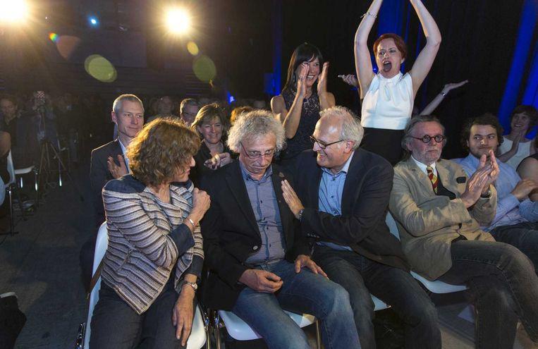 Jo Claes wordt gefeliciteerd door Guido Eekhaut en Marjolijn Uitzinger na het winnen van de Gouden Strop in 2015. Beeld ANP