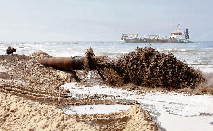 Het opspuiten van het strand bij Nieuw-Haamstede in 2007. Over een afstand van negen kilometer tussen Westenschouwen en Renesse werd door Rijkswaterstaat zo'n 1,5 miljoen kubieke meter zand opgespoten om de kust te beschermen tegen de zee.