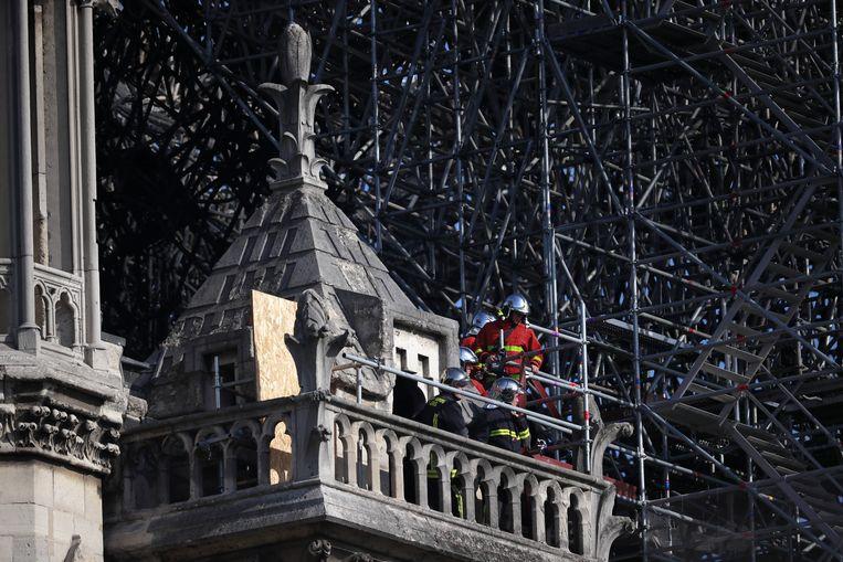Brandweermannen aan het werk op de Notre-Dame Beeld EPA