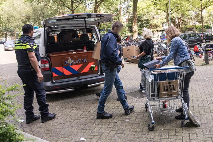 De politie onderzoekt of er sprake is van gestolen spullen.