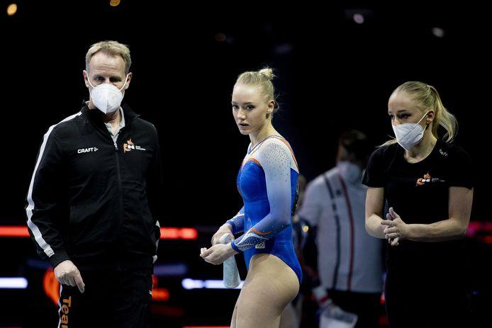 Lieke Wevers (midden), Sanne Wevers (r) en coach en vader Vincent Wevers tijdens de allroundfinale op de Europese kampioenschappen turnen.