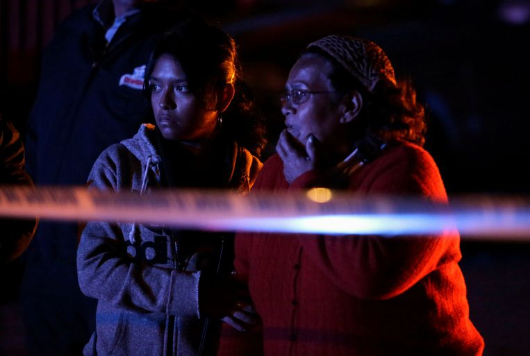 Nabestaanden staan bij het plaats delict in Ciudad Juarez.
