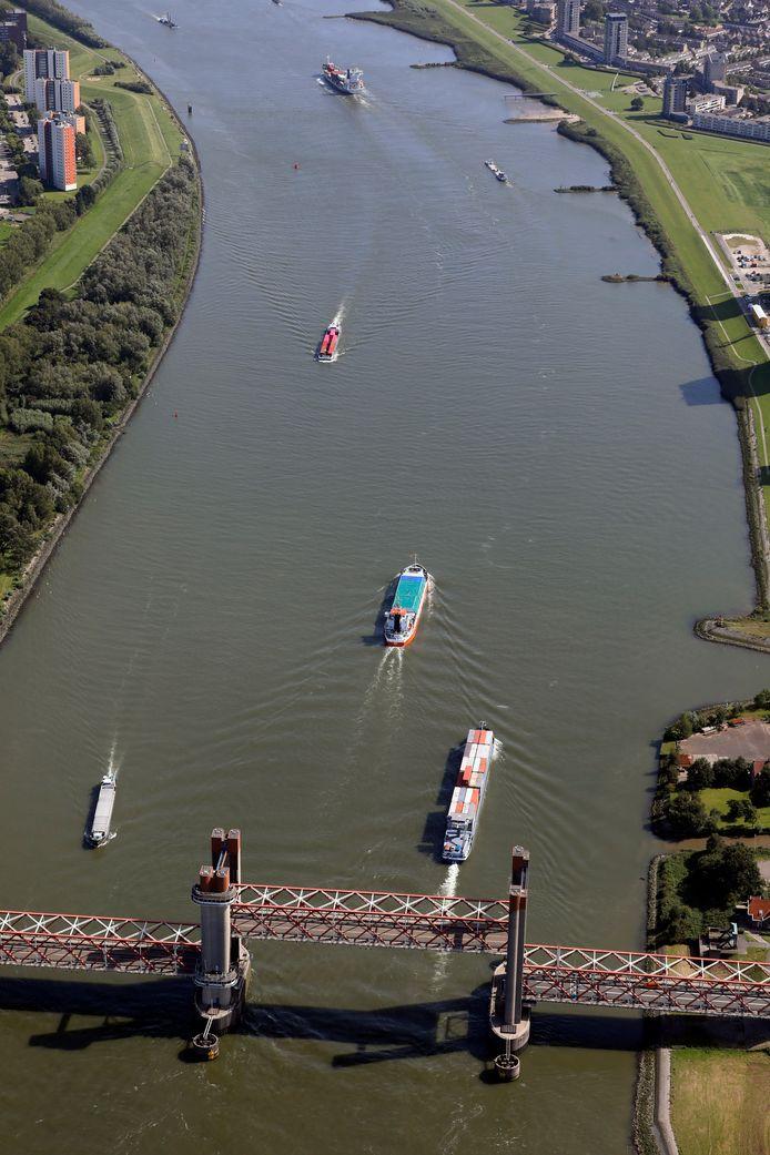 (C)Roel Dijkstra-Vlaardingen  De Spijkenisserbrug staat op extreem drukke dagen op het water soms drie kwartier in een uur open om schepen eronder door te laten.