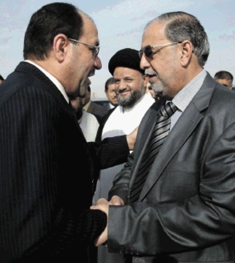 Gouverneur Assad Sultan (rechts) begroet premier Al-Maliki (links). (FOTO REUTERS) Beeld REUTERS
