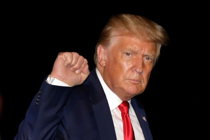 De Amerikaanse president Donald Trump vrijdagavond na zijn terugkeer uit Florida. Onderweg zei hij tegen verslaggevers dat hij zaterdag een verbod op de populaire app TikTok uitvaardigt.