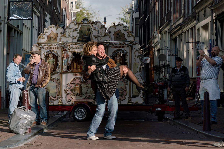 Ramsey Nasr (Ischa Meijer) en Wende Snijders (Connie Palmen) nemen de draaiorgelscène op in de Reestraat. Beeld Elmer van der Marel