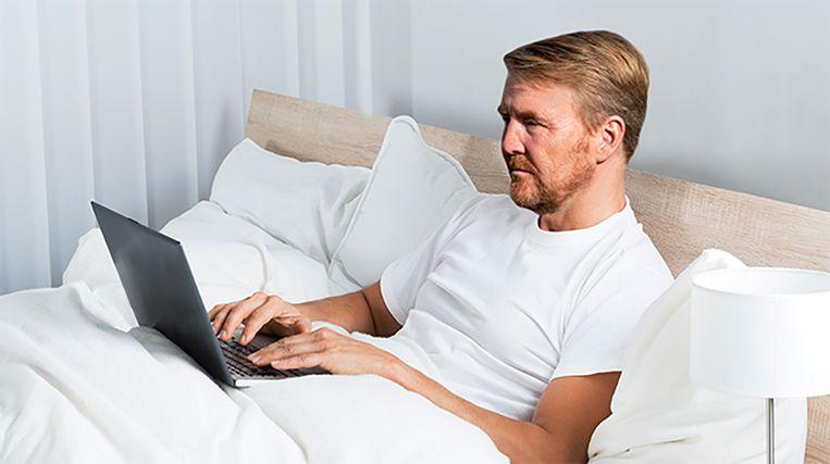 Koning Willem-Alexander werkt thuis. Beeld De Speld
