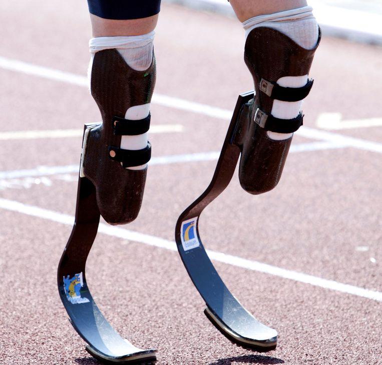 Sportprotheses, zoals deze blades die bij het hardlopen worden gebruikt, vallen wel onder de zorgverzekeringswet. In de praktijk vergoeden verzekeraars die echter niet. Beeld ANP