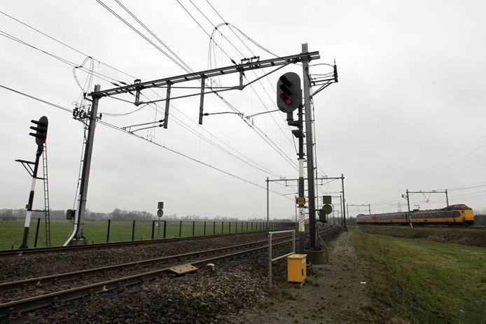 """Bij knooppunt Herfte denderde een Arriva-trein op 14 december door rood. De machinist gaf zijn fout op een weblog toe: """"Door niet optimale wegbekendheid kwam sein 222 iets eerder dan ik verwachtte."""" foto Sacha Wunderink"""
