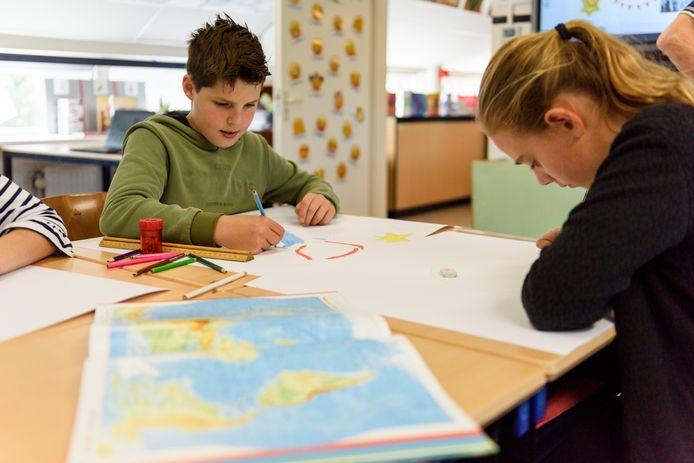 Leerlingen geven op papier uiting aan hun gevoelens over vrede.