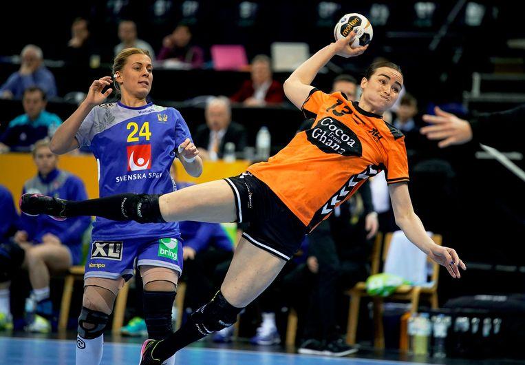 Handvalster Yvette Broch (R) in actie tegen Zweden. Beeld EPA