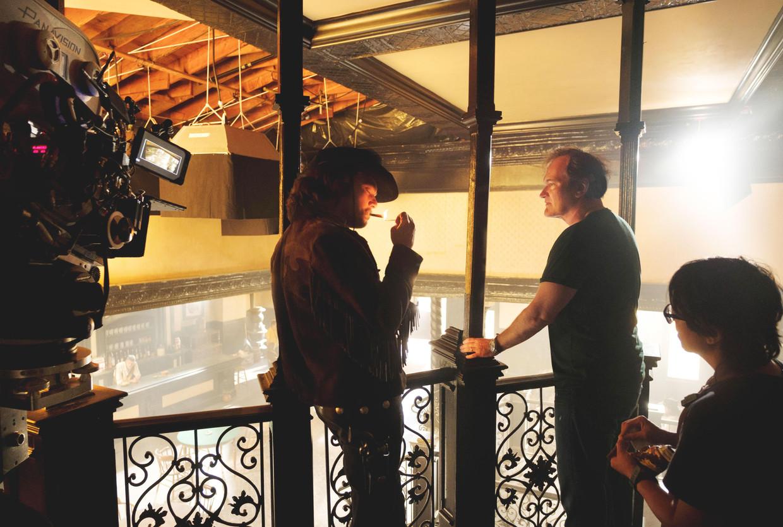 Regisseur Quentin Tarantino (rechts) en Leonardo DiCaprio op de set van 'Once Upon a Time in... Hollywood' (2019).   Beeld Alamy Stock Photo