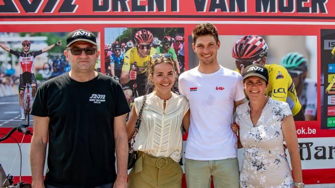 Brent Van Moer brengt bezoek aan supporterscafé De Voermansrust na eerste tourdeelname