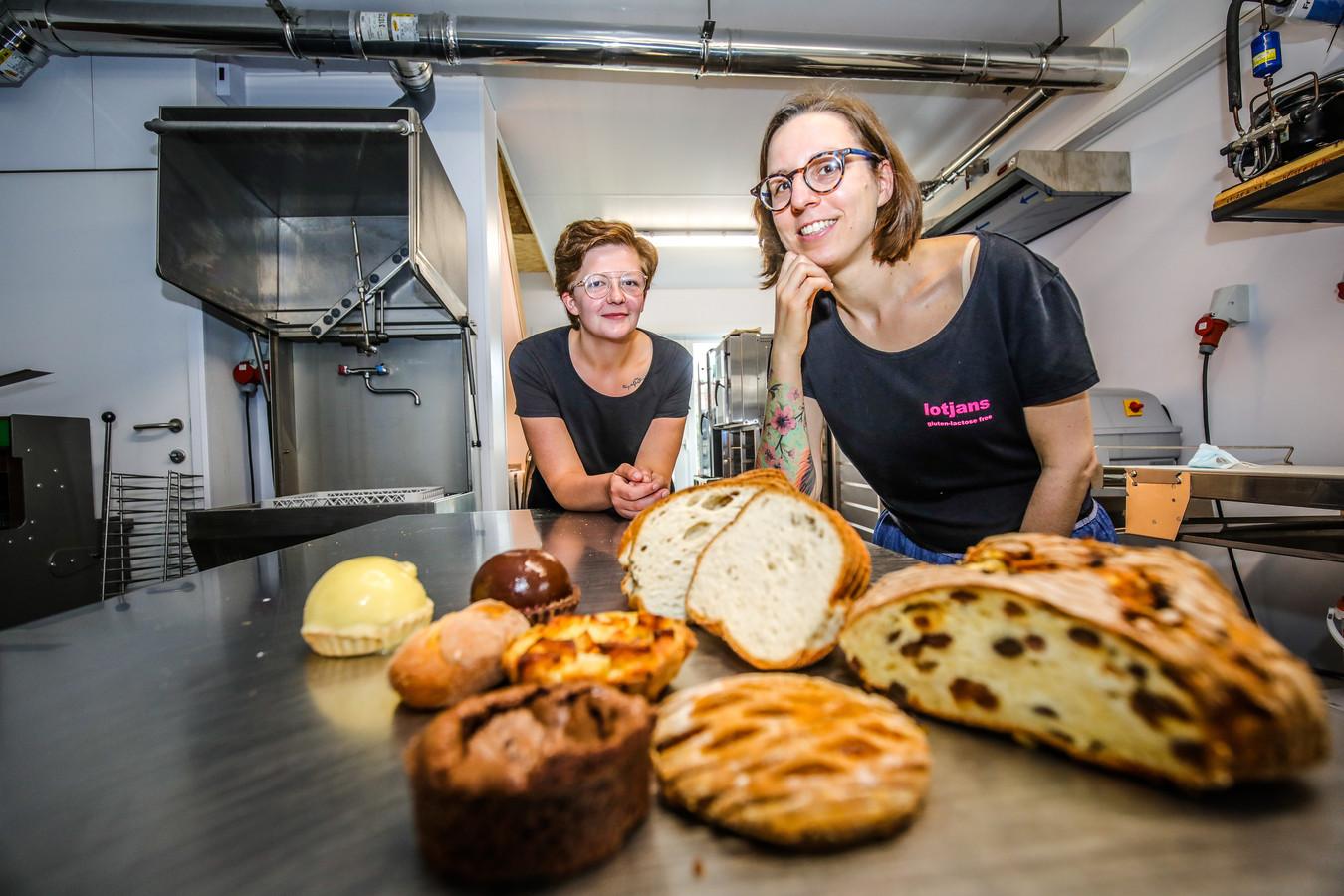 Medewerkster Lindsey samen met Liselot die zelf allergisch is voor tarwe