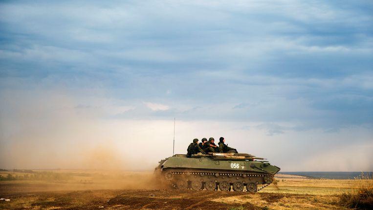 Een russische tank aan de Oekraïense grens. Beeld AP