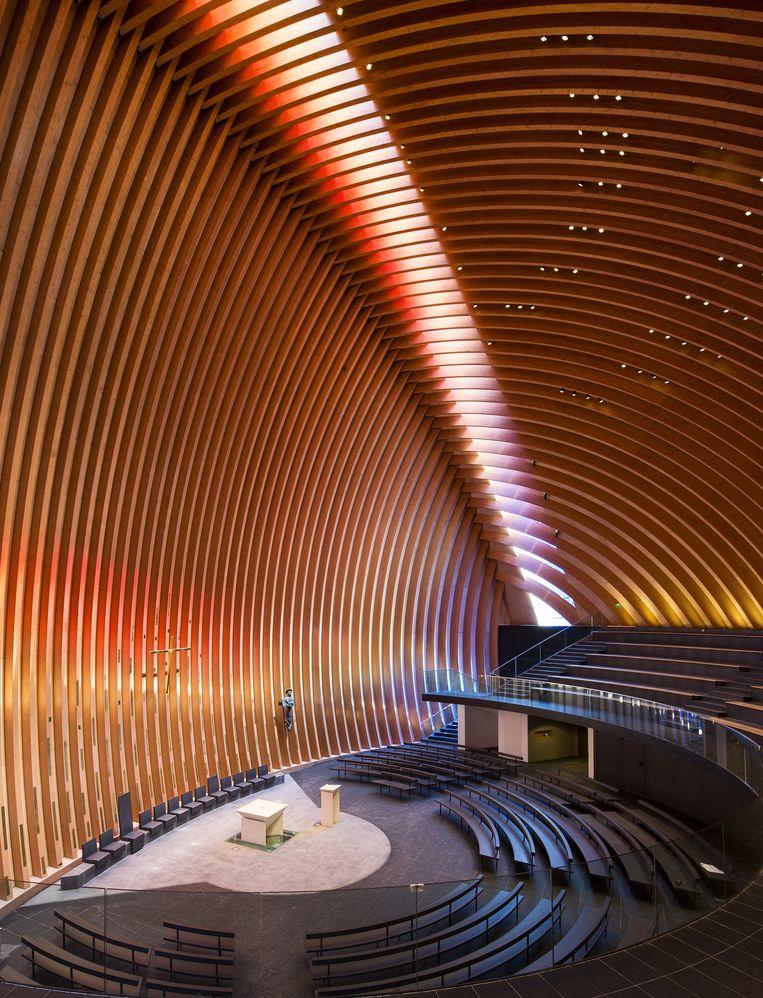 Ook de binnenkant is met zijn houten gewelven hypermodern. Prijskaartje van het project: 9 miljoen euro. Beeld YVES MERNIER