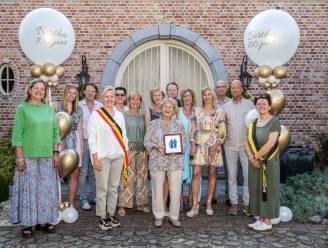 Gemeentebestuur zet eeuwelinge Bertha (100) in de bloemetjes
