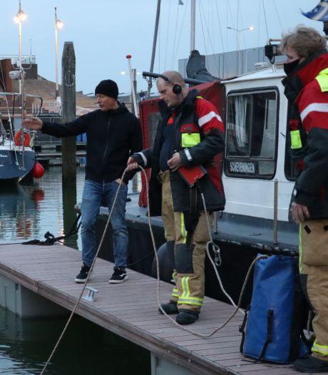 Brandweer duikt in water gevallen telefoon op bij Scheveningse haven