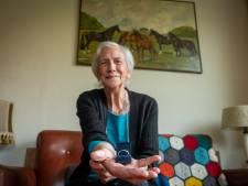Hattemse Trijntje (85) heeft na halve eeuw trouwring van overleden man terug: 'Zo blij dat hij gevonden is terwijl ik er nog ben'