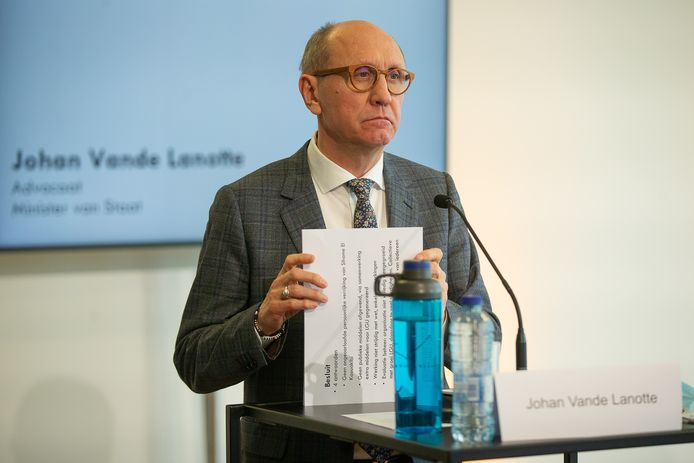 De presentatie van het rapport liet El Kaouakibi maandag over aan Vande Lanotte zelf.