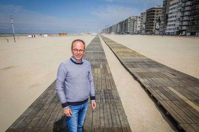 Schepen Wim Janssens belooft dat het houten pad tegen 1 mei op het strand zal liggen. Zo zag het er vorig jaar uit.