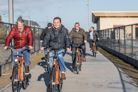 Het nieuwe fietspad langs de Traxsite werd gisterenochtend voor het eerst gebruikt.
