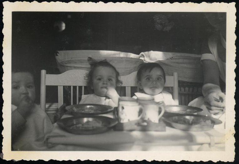 PSW Paula Melamed (rechts), in 1941 in de Joodse Crèche samen met Suusje Katz (midden, zij zou worden vermoord in Sobibor) en een niet nader geïdentificeerd kindje. Beeld privécollectie erven Gea Hemminga-Venema