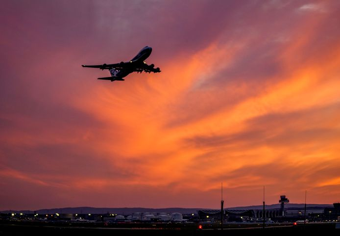 Een toestel stijgt op vanop de luchthaven van Frankfurt