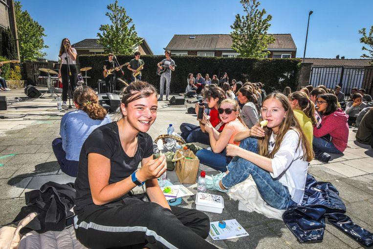 Leerlingen van het Onze-Lieve-Vrouw-Hemelvaartinstituut mochten gisteren picknicken op de speelplaats.